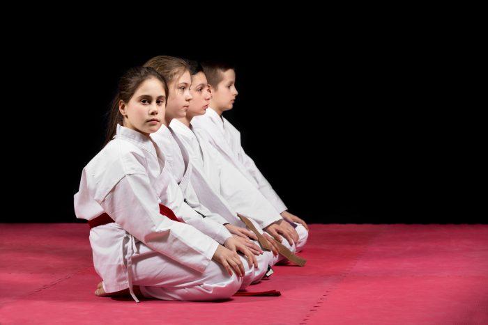 enfants en kimono en seiza sur des tatamis