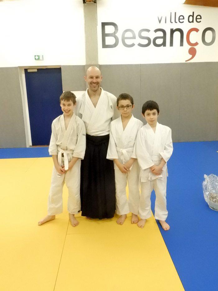 Rémi Soufflet avec les enfants du Shoshin Dojo Besançon