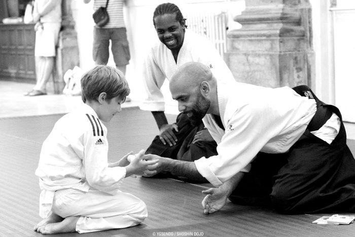 Remise de ceinture d'aïkido à un enfant