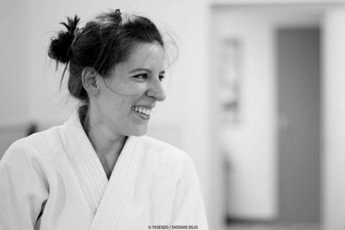 aikido à Besançon femme qui sourit en kimono